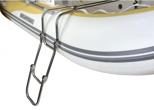 Klappbare Schlauchboot-Badeleiter aus hochglanzpoliertem Edelstahl, dreistufig. Wird komplett mit Nylon-Riemen samt Schnalle zur Befestigung geliefert. Universell einsetzbar. Abmessungen (LxB): 880 x 250 mm.