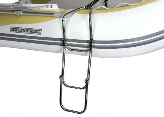 Klappbare Schlauchboot-Badeleiter aus hochglanzpoliertem Edelstahl, dreistufig. Wird komplett mit Nylon-Riemen samt Schnalle zur Befestigung geliefert. Universell einsetzbar. Abmessungen (LxB): 880 x 250 mm. (Bild 4 von 7)