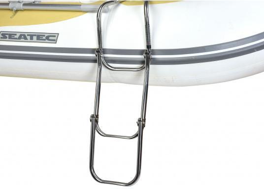 Klappbare Schlauchboot-Badeleiter aus hochglanzpoliertem Edelstahl, dreistufig. Wird komplett mit Nylon-Riemen samt Schnalle zur Befestigung geliefert. Universell einsetzbar. Abmessungen (LxB): 880 x 250 mm. (Bild 2 von 7)