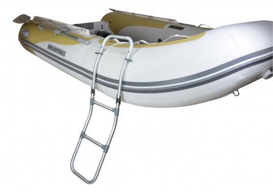 Klappbare Schlauchboot-Badeleiter aus eloxiertem Aluminium. Sehr leicht und schwimmfähig. Wird komplett mit Karabiner und Schwimmtau geliefert. Abmessungen (LxB): 1150 x 250 mm.