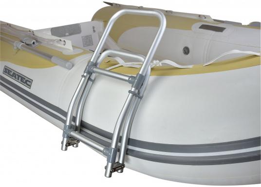 Klappbare Schlauchboot-Badeleiter aus eloxiertem Aluminium. Sehr leicht und schwimmfähig. Wird komplett mit Karabiner und Schwimmtau geliefert. Abmessungen (LxB): 1150 x 250 mm. (Bild 4 von 6)