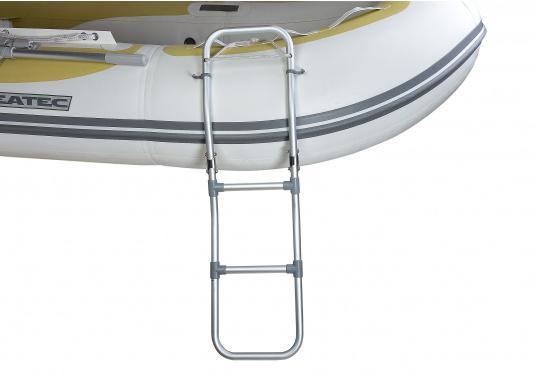 Klappbare Schlauchboot-Badeleiter aus eloxiertem Aluminium. Sehr leicht und schwimmfähig. Wird komplett mit Karabiner und Schwimmtau geliefert. Abmessungen (LxB): 1150 x 250 mm. (Bild 2 von 6)