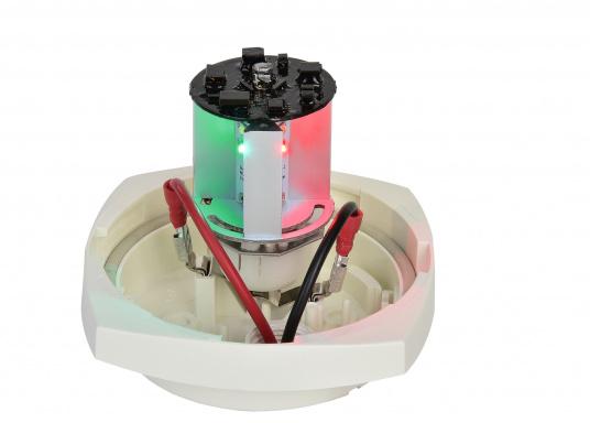 Dieser Multivolt-LED-Einsatz ermöglicht die Verwendung einer vorhandenen Ankerlaterne als Positionslaterne mit drei verschiedenen Leuchtmodi: 360° Ankerlicht (weiß), 3-Farben-Laterne (weiß, rot, grün) und SOS-Blinklicht. Die vorhandene Verkabelung kann weiterhin genutzt werden, da die Leuchtmodi über das Aus- und Einschalten ausgewählt werden. (Bild 2 von 7)