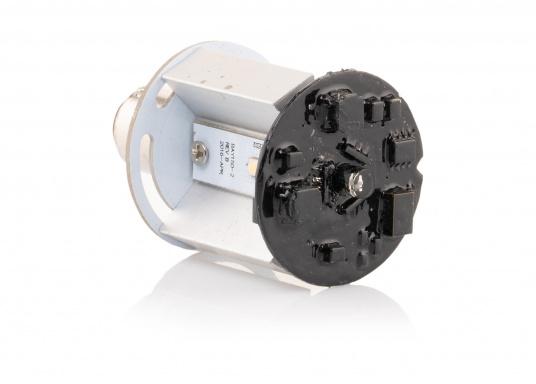 Dieser Multivolt-LED-Einsatz ermöglicht die Verwendung einer vorhandenen Ankerlaterne als Positionslaterne mit drei verschiedenen Leuchtmodi: 360° Ankerlicht (weiß), 3-Farben-Laterne (weiß, rot, grün) und SOS-Blinklicht. Die vorhandene Verkabelung kann weiterhin genutzt werden, da die Leuchtmodi über das Aus- und Einschalten ausgewählt werden. (Bild 5 von 7)