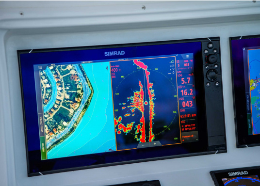 Navigieren, Kontrolle übernehmen und die enorme Funktionsvielfalt optimal ausnutzen – mit NSS evo3. Die SolarMAX™ HD-Anzeigetechnologie bietet ein außergewöhnlich klares Bild und extrem weite Sichtwinkel. Dank allwettertauglichem Touchscreen und erweitertem Tastenfeld behalten Sie unter allen Bedingungen die volle Kontrolle. (Bild 12 von 12)