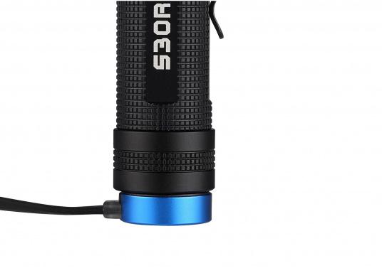 Mit der S30R III bringt Olight den Nachfolger der sehr erfolgreichen S30R II. Trotz ihrer noch einmal geringeren Abmessungen und Gewicht bietet Sie eine beeindruckende Leistung von 1050 Lumen. Über die USB-Ladestation lässt sich die Lampe per USB stationär aufladen. (Bild 9 von 14)