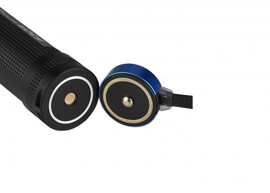 Mit der S30R III bringt Olight den Nachfolger der sehr erfolgreichen S30R II. Trotz ihrer noch einmal geringeren Abmessungen und Gewicht bietet Sie eine beeindruckende Leistung von 1050 Lumen. Über die USB-Ladestation lässt sich die Lampe per USB stationär aufladen. (Bild 8 von 14)
