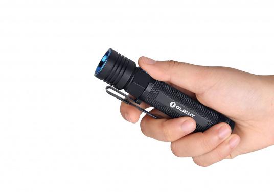 Mit der S30R III bringt Olight den Nachfolger der sehr erfolgreichen S30R II. Trotz ihrer noch einmal geringeren Abmessungen und Gewicht bietet Sie eine beeindruckende Leistung von 1050 Lumen. Über die USB-Ladestation lässt sich die Lampe per USB stationär aufladen. (Bild 14 von 14)