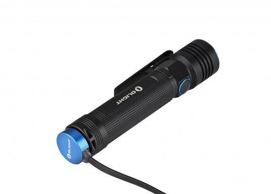 Mit der S30R III bringt Olight den Nachfolger der sehr erfolgreichen S30R II. Trotz ihrer noch einmal geringeren Abmessungen und Gewicht bietet Sie eine beeindruckende Leistung von 1050 Lumen. Über die USB-Ladestation lässt sich die Lampe per USB stationär aufladen. (Bild 10 von 14)