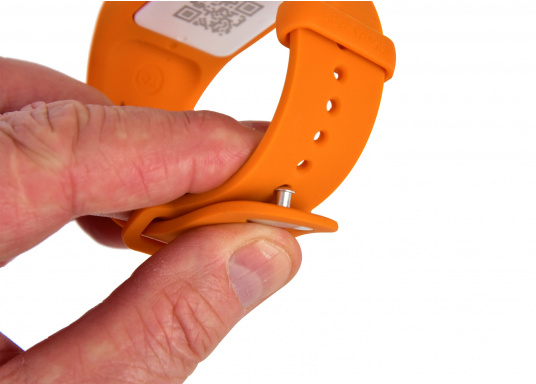 Sea-Tags wristbands continuously transmit a signal that is monitored by one or more telephones equipped with the application. If a wristband is immersed or far away, the signal is interrupted and the telephone(s) trigger an alarm and record the GPS position at the time of the incident. The system is fail safe. (Afbeelding 6 of 13)