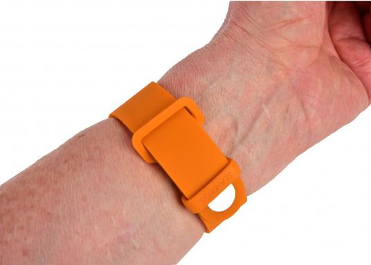 Sea-Tags wristbands continuously transmit a signal that is monitored by one or more telephones equipped with the application. If a wristband is immersed or far away, the signal is interrupted and the telephone(s) trigger an alarm and record the GPS position at the time of the incident. The system is fail safe. (Afbeelding 7 of 13)