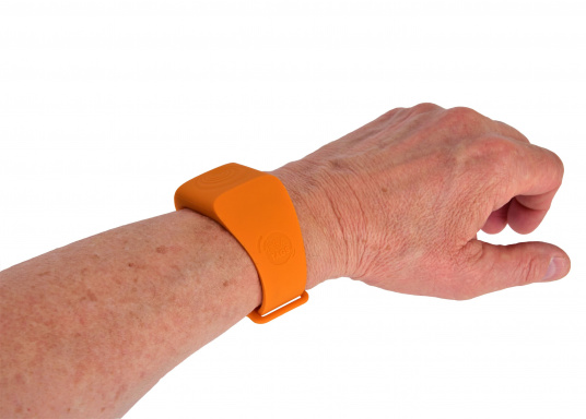 Sea-Tags wristbands continuously transmit a signal that is monitored by one or more telephones equipped with the application. If a wristband is immersed or far away, the signal is interrupted and the telephone(s) trigger an alarm and record the GPS position at the time of the incident. The system is fail safe. (Afbeelding 8 of 13)