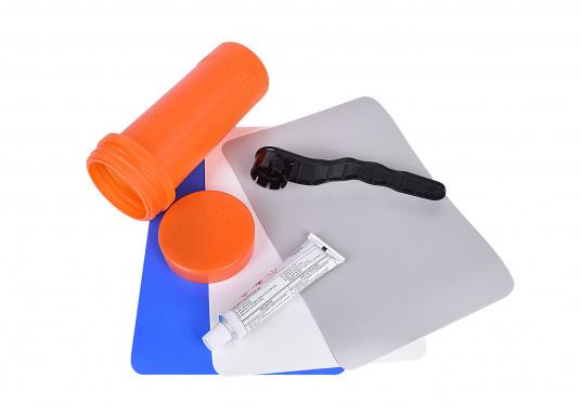 Das Schlauchboot Reparatur-Kit beinhaltet zur schnellen Hilfe zwei große Flicken, einen PVC-Kleber und den Schlüssel für die Schlauchbootventile. (Bild 3 von 9)