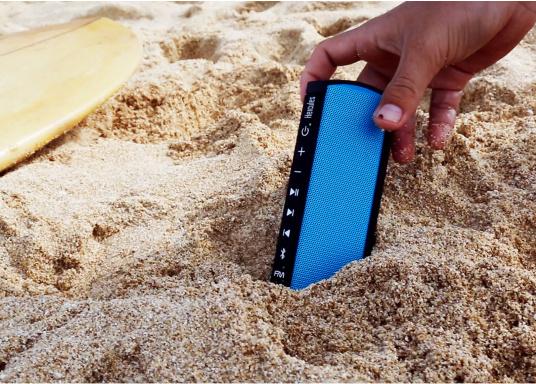 """Der vollausgestattete Funklautsprecher für all jene die sich gerne auf oder am Wasser aufhalten. Der Bluetoothlautsprecher ist Staub-, sand-, wasser-, schneedicht sowie """"Oceanproof"""" (tauchfest) und verfügt über ein eingebautes UKW-Radio! (Bild 2 von 14)"""
