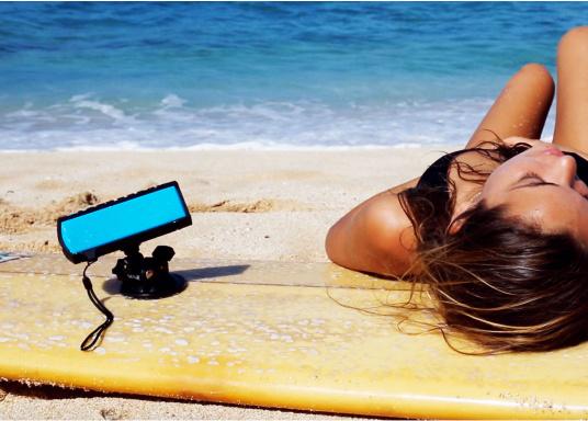 """Der vollausgestattete Funklautsprecher für all jene die sich gerne auf oder am Wasser aufhalten. Der Bluetoothlautsprecher ist Staub-, sand-, wasser-, schneedicht sowie """"Oceanproof"""" (tauchfest) und verfügt über ein eingebautes UKW-Radio! (Bild 3 von 14)"""