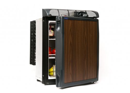 Dieser neue Kühlschrank von Engel ist besonders für die kleinen Platzverhältnisse gedacht und glänzt mit seiner Teakoptik. Er verfügt über eine Inhaltskapazität von 40 Litern, ist ausgelegt für 12 und 24 Volt und besteht aus einem Metallgehäuse und einem Polyurethan-Hartschaumkorpus.