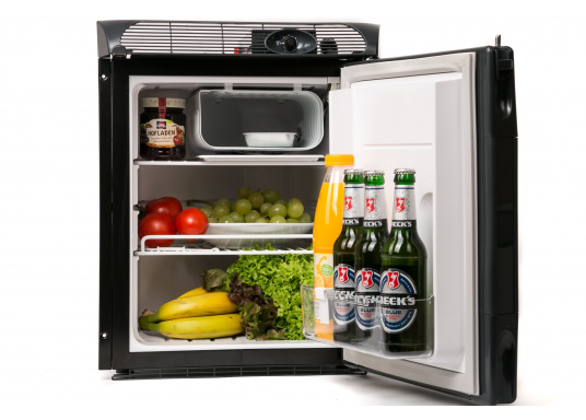 Dieser neue Kühlschrank von Engel ist besonders für die kleinen Platzverhältnisse gedacht und glänzt mit seiner Teakoptik. Er verfügt über eine Inhaltskapazität von 40 Litern, ist ausgelegt für 12 und 24 Volt und besteht aus einem Metallgehäuse und einem Polyurethan-Hartschaumkorpus. (Bild 2 von 9)
