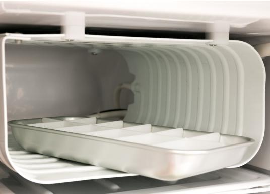 Dieser neue Kühlschrank von Engel ist besonders für die kleinen Platzverhältnisse gedacht und glänzt mit seiner Teakoptik. Er verfügt über eine Inhaltskapazität von 40 Litern, ist ausgelegt für 12 und 24 Volt und besteht aus einem Metallgehäuse und einem Polyurethan-Hartschaumkorpus. (Bild 3 von 9)