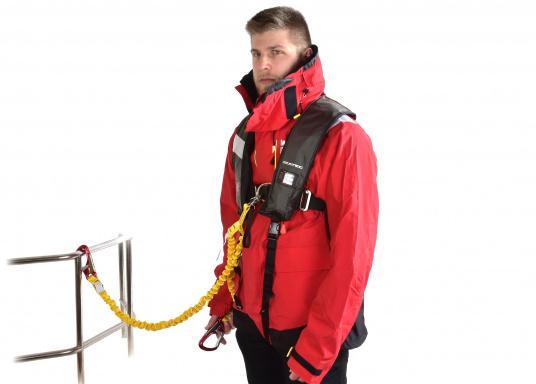 Elastische Lifeline mit Doppelstrang und zwei Karabinern für verbesserte Sicherheit an Bord. Konform mit allen ISAF-Anforderungen (Internation Sailing Federation). Mit Verbindungsstücken aus Aluminiumlegierung, elastischem Gurtband und Schnellöffnung aus Edelstahl. (Bild 4 von 9)