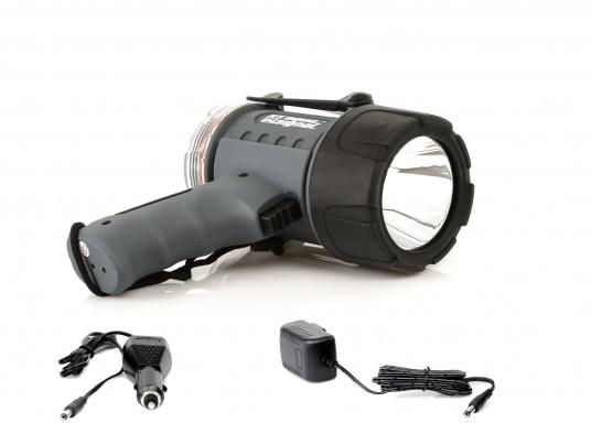 Der Handscheinwerfer CARY von aqua signal überzeugt mit einer Leuchtkraft von 350 Lumen und erreicht Leuchtweiten von bis zu 360 Meter! Die innere Elektronik wird vom robusten, wasserdichten (IP67) Gehäuse geschützt. (Bild 2 von 20)