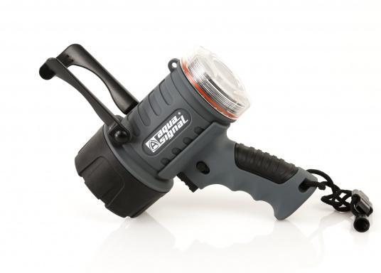 Der Handscheinwerfer CARY von aqua signal überzeugt mit einer Leuchtkraft von 350 Lumen und erreicht Leuchtweiten von bis zu 360 Meter! Die innere Elektronik wird vom robusten, wasserdichten (IP67) Gehäuse geschützt. (Bild 4 von 20)