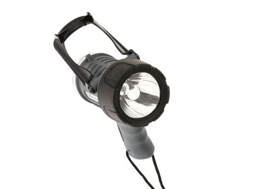 Der Handscheinwerfer CARY von aqua signal überzeugt mit einer Leuchtkraft von 350 Lumen und erreicht Leuchtweiten von bis zu 360 Meter! Die innere Elektronik wird vom robusten, wasserdichten (IP67) Gehäuse geschützt. (Bild 14 von 20)