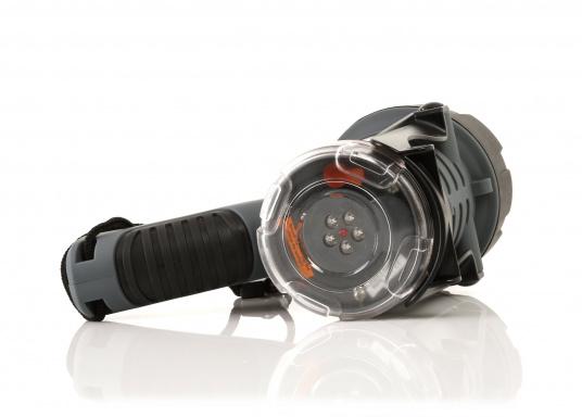 Der Handscheinwerfer CARY von aqua signal überzeugt mit einer Leuchtkraft von 350 Lumen und erreicht Leuchtweiten von bis zu 360 Meter! Die innere Elektronik wird vom robusten, wasserdichten (IP67) Gehäuse geschützt. (Bild 12 von 20)