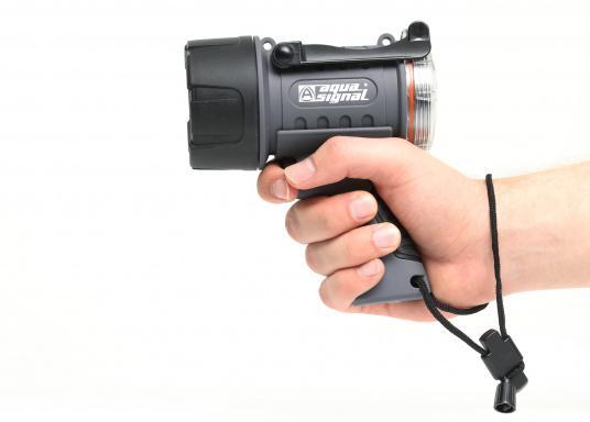 Der Handscheinwerfer CARY von aqua signal überzeugt mit einer Leuchtkraft von 350 Lumen und erreicht Leuchtweiten von bis zu 360 Meter! Die innere Elektronik wird vom robusten, wasserdichten (IP67) Gehäuse geschützt. (Bild 15 von 20)