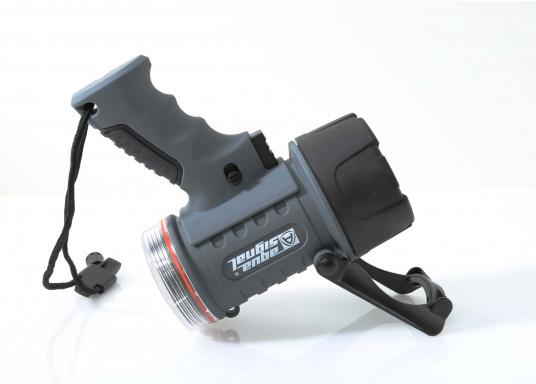 Der Handscheinwerfer CARY von aqua signal überzeugt mit einer Leuchtkraft von 350 Lumen und erreicht Leuchtweiten von bis zu 360 Meter! Die innere Elektronik wird vom robusten, wasserdichten (IP67) Gehäuse geschützt. (Bild 17 von 20)