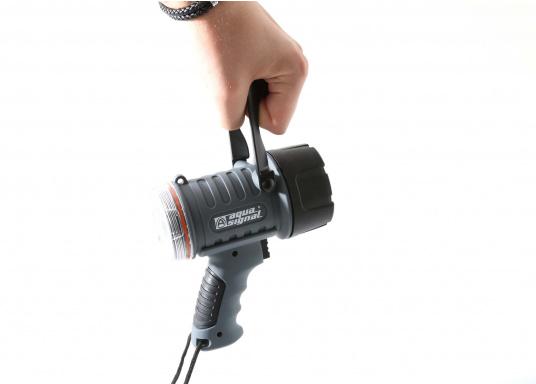 Der Handscheinwerfer CARY von aqua signal überzeugt mit einer Leuchtkraft von 350 Lumen und erreicht Leuchtweiten von bis zu 360 Meter! Die innere Elektronik wird vom robusten, wasserdichten (IP67) Gehäuse geschützt. (Bild 16 von 20)