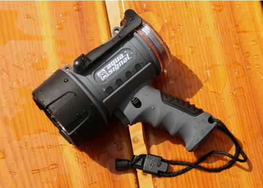 Der Handscheinwerfer CARY von aqua signal überzeugt mit einer Leuchtkraft von 350 Lumen und erreicht Leuchtweiten von bis zu 360 Meter! Die innere Elektronik wird vom robusten, wasserdichten (IP67) Gehäuse geschützt. (Bild 7 von 20)