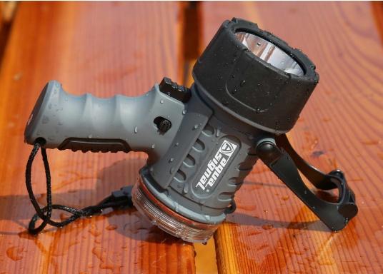 Der Handscheinwerfer CARY von aqua signal überzeugt mit einer Leuchtkraft von 350 Lumen und erreicht Leuchtweiten von bis zu 360 Meter! Die innere Elektronik wird vom robusten, wasserdichten (IP67) Gehäuse geschützt. (Bild 19 von 20)