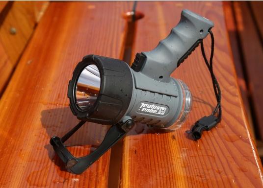 Der Handscheinwerfer CARY von aqua signal überzeugt mit einer Leuchtkraft von 350 Lumen und erreicht Leuchtweiten von bis zu 360 Meter! Die innere Elektronik wird vom robusten, wasserdichten (IP67) Gehäuse geschützt. (Bild 18 von 20)