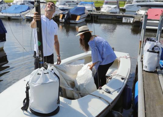 Stylischer Seesack, hergestellt aus originalem, robustem Segeltuch mit einer langlebigen Oberfläche aus Nylon 600D. Mit zwei Schulterriemen zum Umschnallen. Abmessungen:35 x 64 cm.Inhalt: 60 l. (Bild 7 von 8)