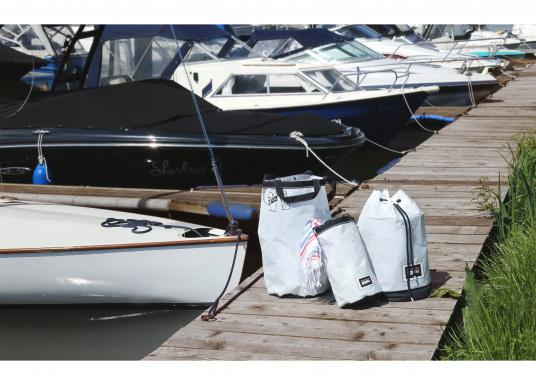 Stylischer Seesack, hergestellt aus originalem, robustem Segeltuch mit einer langlebigen Oberfläche aus Nylon 600D. Mit zwei Schulterriemen zum Umschnallen. Abmessungen:35 x 64 cm.Inhalt: 60 l. (Bild 8 von 8)