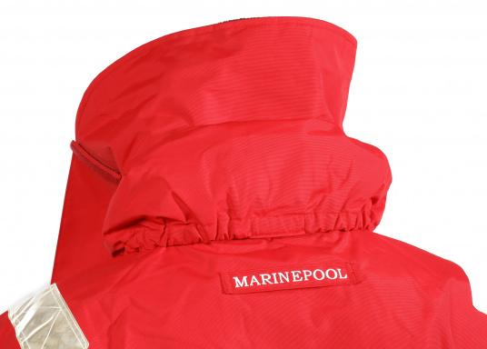 Die Marinepool Performance III Jacke ist eine klassische, atmungsaktive Offshore Segeljacke mit wasserabweisender DWR-Technologie für einen optimalen Tragekomfort. (Bild 15 von 16)