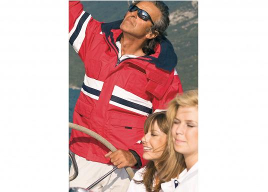 Die Marinepool Performance III Jacke ist eine klassische, atmungsaktive Offshore Segeljacke mit wasserabweisender DWR-Technologie für einen optimalen Tragekomfort. (Bild 8 von 16)
