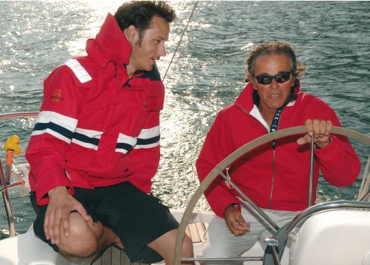 Die Marinepool Performance III Jacke ist eine klassische, atmungsaktive Offshore Segeljacke mit wasserabweisender DWR-Technologie für einen optimalen Tragekomfort. (Bild 7 von 16)