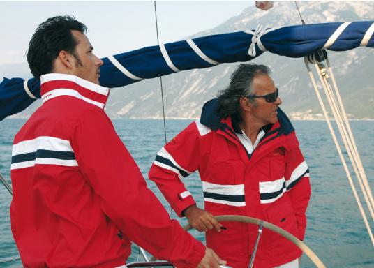 Die Marinepool Performance III Jacke ist eine klassische, atmungsaktive Offshore Segeljacke mit wasserabweisender DWR-Technologie für einen optimalen Tragekomfort. (Bild 6 von 16)