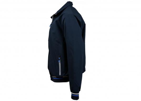 Der SEATEC Club Blouson Sport in klassischem Navy-Blau ist ein echter Hingucker für Sie und Ihn. Durch die farbig abgesetzten Streifen an Bündchen nd Reißverschlüssen wirkt der Blouson sportlich und maritim. (Bild 7 von 14)