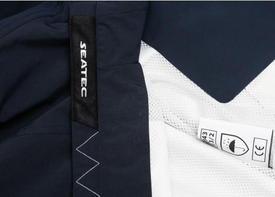 Der SEATEC Club Blouson Sport in klassischem Navy-Blau ist ein echter Hingucker für Sie und Ihn. Durch die farbig abgesetzten Streifen an Bündchen nd Reißverschlüssen wirkt der Blouson sportlich und maritim. (Bild 11 von 14)