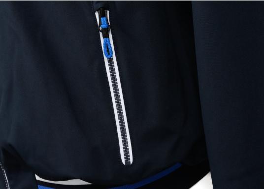 Der SEATEC Club Blouson Sport in klassischem Navy-Blau ist ein echter Hingucker für Sie und Ihn. Durch die farbig abgesetzten Streifen an Bündchen nd Reißverschlüssen wirkt der Blouson sportlich und maritim. (Bild 13 von 14)