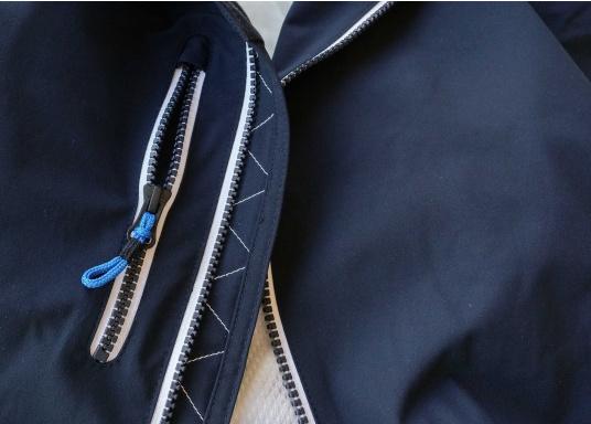 Der SEATEC Club Blouson Sport in klassischem Navy-Blau ist ein echter Hingucker für Sie und Ihn. Durch die farbig abgesetzten Streifen an Bündchen nd Reißverschlüssen wirkt der Blouson sportlich und maritim. (Bild 8 von 14)