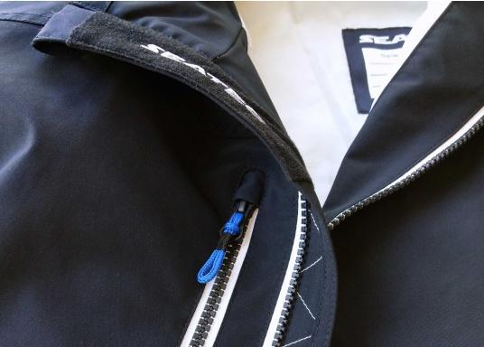 Der SEATEC Club Blouson Sport in klassischem Navy-Blau ist ein echter Hingucker für Sie und Ihn. Durch die farbig abgesetzten Streifen an Bündchen nd Reißverschlüssen wirkt der Blouson sportlich und maritim. (Bild 12 von 14)