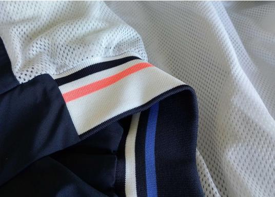 Der SEATEC Club Blouson Sport in klassischem Navy-Blau ist ein echter Hingucker für Sie und Ihn. Durch die farbig abgesetzten Streifen an Bündchen nd Reißverschlüssen wirkt der Blouson sportlich und maritim. (Bild 9 von 14)
