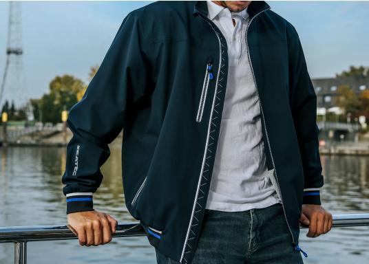 Der SEATEC Club Blouson Sport in klassischem Navy-Blau ist ein echter Hingucker für Sie und Ihn. Durch die farbig abgesetzten Streifen an Bündchen nd Reißverschlüssen wirkt der Blouson sportlich und maritim. (Bild 5 von 14)