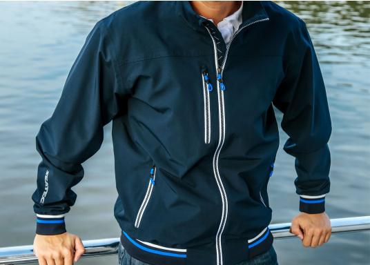 Der SEATEC Club Blouson Sport in klassischem Navy-Blau ist ein echter Hingucker für Sie und Ihn. Durch die farbig abgesetzten Streifen an Bündchen nd Reißverschlüssen wirkt der Blouson sportlich und maritim. (Bild 3 von 14)