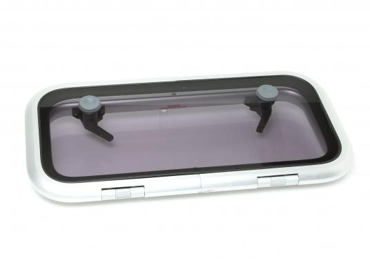 Original BAVARIA rechteckige Low-Profile-Deckslukemit rauchgrauem Acrylglas. Die Außenmaße der Luke betragen 556 x 278 mm, um 180° zu öffnen.