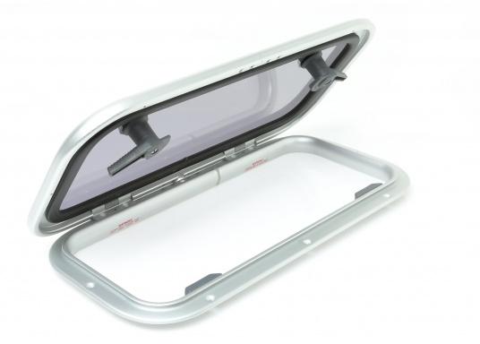 Original BAVARIA rechteckige Low-Profile-Deckslukemit rauchgrauem Acrylglas. Die Außenmaße der Luke betragen 556 x 278 mm, um 180° zu öffnen.  (Bild 2 von 4)