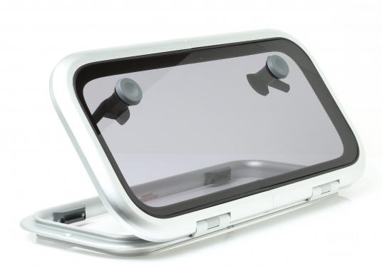 Original BAVARIA rechteckige Low-Profile-Deckslukemit rauchgrauem Acrylglas. Die Außenmaße der Luke betragen 556 x 278 mm, um 180° zu öffnen.  (Bild 3 von 4)
